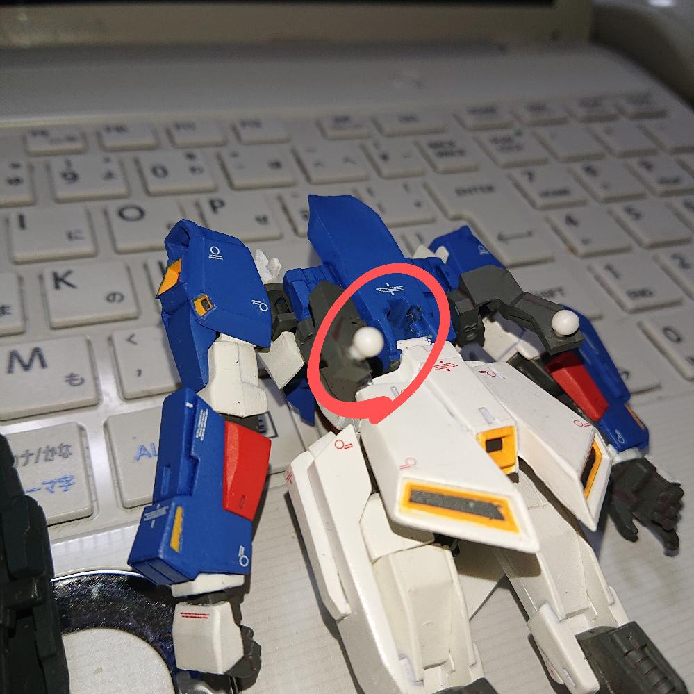 Zガンダム フィックスフィギュレーション 組み立てについて教えてください!! (Aパーツ)フライングアーマー を (Bパーツ)Zガンダム本体につなげるフレーム があります。 このBパーツをAパーツに接続する部分がどうしてもうまくいかずに非常に困っております。助けてください。 Bパーツの先端は丸い部品になっており、Aパーツ側はそれが入るように丸く窪んでいるべきと思いますが、丸く窪んでおらず、またAパーツの丸い部品の直径よりも小さい窪みがあるだけです。 無理やり入れ接続致しましたが、Aパーツの窪みが変形しこのまま接続していると 壊れてしまいます。 一体どうやって接続したらよいのか? 今、 ガンダムはテール スタビライザーのみが背中にあり、バランスも悪く、困っております。 7才の息子も残念がっており、皆さまのお力をお貸しいただきたくお願い致します。