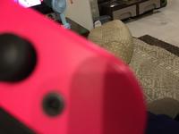 画質悪くてすみません。Switchのジョイコンに謎の黒い物が付いているんですがどうしたら良いですか?拭いても撮れないんです。