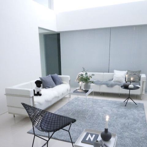 画像のように金属が使われてるデザインの白ソファーどこかに売ってませんか?
