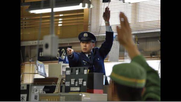 警察と刑務官について質問です。 部署は様々ですが、大体は刑務官の方がなるのは簡単&仕事内容は簡単ですよね?? あと、結婚の時など、警察官の方が、聞こえがいい、かっこいいですよね?? ある国では、看守は警察官になれなかった者の仕事です。 自分が警察、看守に憧れているわけではありません。