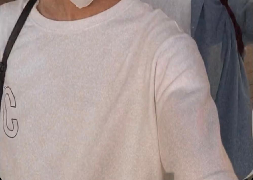胸元に大きくCの文字が入ったこのTシャツ(ロンT)どこのものかわかる方いませんか(TT) ロゴ メンズ ファッション Tシャツ ロンT 韓国 韓国ファッション