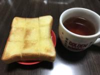 夜食にシンプルにバタートースト。 皆さんのお家では食パンはどこの何枚切りですか? うちは超熟の四枚切りがレギュラー張ってます(⌒_⌒)