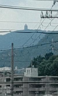 宝塚や西宮から見えるのですが、多分六甲山の端になるのか山頂に仏像だか謎の建物が見えます。あれは何かご存じの方いらっしゃいますか?検索しても姫路の京見山の電波塔しか出てきません。しかしよく似ています。