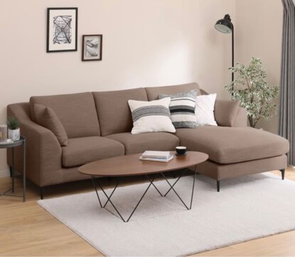 家のカーテンとラグの色で悩んでいます。 ブラウンのソファにしたくて購入済みなので、それに合わせて買うとしたら、何色が合うでしょうか? ・壁は白 ・床は薄い茶色(ベージュよりの色) ・ダイニング...