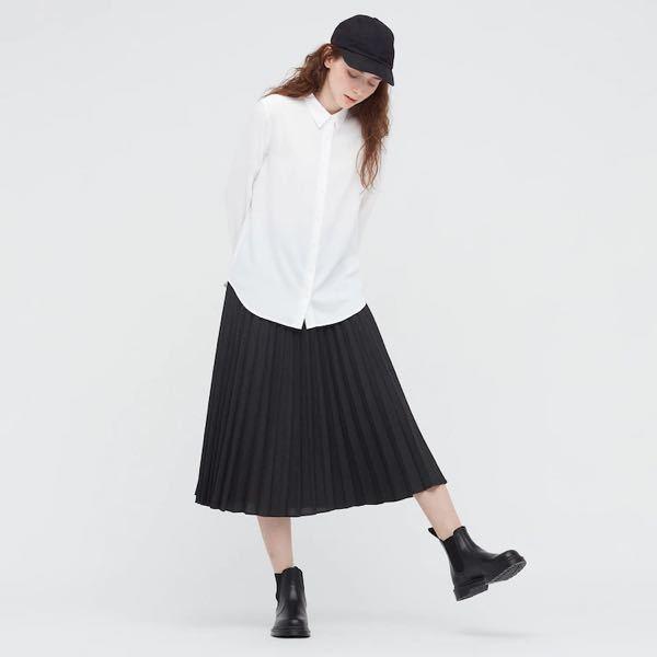 小さな小売店で仕事をすることになったのですが、どのような服を用意したらいいか分かりません。 アドバイスお願いします。 とくに服装の規定はないようですが、ポロシャツや襟があるシャツと黒っぽいズボンがいいんじゃないかな、という話でした。 (採用担当の方はあまり服装は分からない感じでした) シャツはかっちりとしたシャツでなくてもいいんでしょうか。 今ユニクロを見たところ、レーヨンブラウスがいいかと思っております。 普段も着れそうなゆるっとしたものはダメですよね? あと半袖でもいいのかどうか。 またズボンはテーパードのチノパンなどでいいですか?