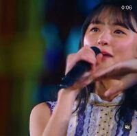 この遠藤さくらさんはどうして泣いているのですか? 多分、何かのライブの映像だと思います…詳細わからないです(´・ ・`)   乃木坂46