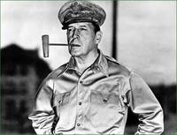 ダグラス・マッカーサーを生で見たことある人いますか?また、その印象を教えて下さい。  ※私の祖母が4歳の頃、進駐軍の行事か式典で見たことがあるそうです。