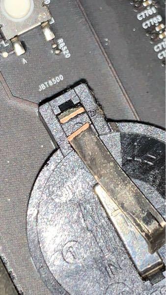 Macのボタン電池を交換しようとしてドライバーで外してたら、金属の部品が折れました。どうやって直せばいいですか?あと電池がなくても問題ないでしょうか?電池がない時とある時の違いを教ええてください。