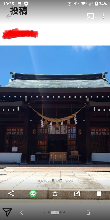 今日初めて行った神社です。 この上から下にの白い光?は何でしょうか?