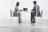 職場でこんな感じで座る人がいますが、 皆さんの許容範囲は以下のどれに当てはまりますか? A どんな場合でも職場で脚を組むのはNG B 休憩中はOKで仕事中はNG C デスクワーク中はOKだが対面中はNG D 同期や後輩なら対面中でもOKで上司や先輩の時はNG E 社外の人がいなければ人前でも組むのはOK