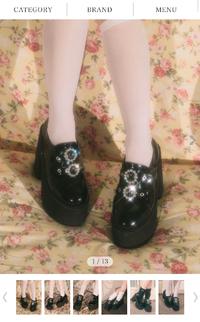 夢展望ディアマイラブ バブルスの厚底靴について  ネットサイトで厚底靴を購入しようと考えています。 コロナの人数が増えている関係で店舗にて実際に履きたいのですがネットにて購入を考えています。 自宅にてメジャーで計測したところ足長約23cm、ワイズ22cmでした。  普段は23.5〜24cmのどちらかを履いておりますが実際のサイズ感がいまいち掴めずサイズ感や履き心地などはどんな感じで...