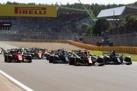 F1スプリントレース。 なぜ順位の変動が少なかったのですか。 ・・・・・・・・・・・・・・・・・ スプリントレースはタイヤとか燃費のことを気にせず全開で走れると思うのですが。 ですがF1初の試みのスプリントレースは予選の順位の変動もなく淡々としたレースで終わりましたが。 ・・・・・・・・・・・・・・・・・ なぜF1スプリントレースて全開で走れるのに順位の変動が少なかったのですか。  と質問し...