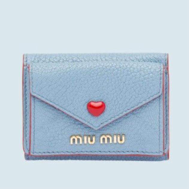 貼ってある画像のmiumiuミニ財布と似ているプチプラ財布教えてください! この財布の色がかなり気に入っています! だが値段がかなり厳しいです。 可愛いミニ財布教えてください