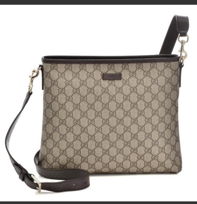 グッチシマショルダーバッグにするか、これはサイズが22センチデザインが気に入ってます ただ長財布を入れるのが窮屈になるので、どうしようか迷ってます pvcショルダーバッグはサイズが29センチある...
