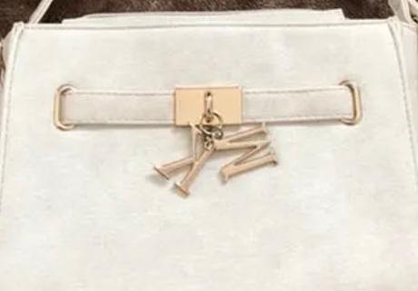 このマイケルコースのバッグ、キーホルダーが偽物に見えるのですが、本体も偽物でしょうか? メルカリで販売されていました