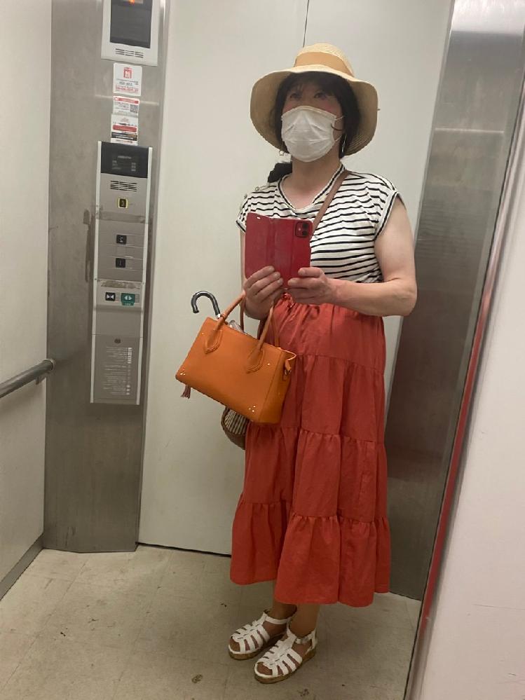 梅雨明けして、かなり暑くなったので、 今日も、袖なしと赤系のスカートです。 可愛いですか?女装です。