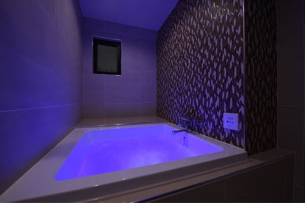 ラブホテルのお風呂で浴槽の奥が台になってるホテルがありますが、あの台は何かに使うものなんですか? ラブホプロの方教えてください。