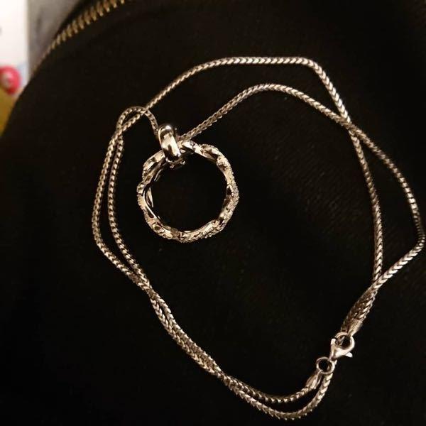 指輪のサイズが合わずネックレスにしたのですが、変ですか?