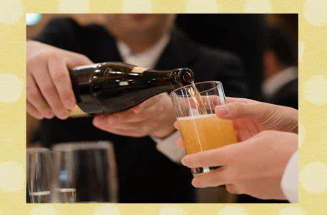 飲み会などでお酒を人のグラスやおちょこに注ぐのは日本だけの文化ですか? 確かに海外でも相手のコップに注ぐことはありましょうが、日本ほど一般的ですかね? 日本のように返杯をしなければならないとか、女性がおもてなしの一環として男性に注ぐかといった社交・風習・しきたりみたいになってるのは日本だけじゃないでしょうか?