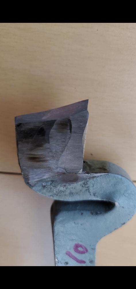 普通旋盤1級課題 M24×p2 ねじ切りで超硬からハイスに変えバリとかムシれは減ってきましたが表面が綺麗になりません。今はハイスで100rpmほどで加工、一応横送りの切込み(直径値)×0.3だけ刃物台も切込み入れて斜進法しています。 ※使用してるバイトの写真貼ります。 サラダ油かけると表面が光出すとか言う話を聞き 試してみようと思っていますが、他にこうやったほうがいいとかアドバイスありましたら教えてください。 また採点としてネジゲージを入れての検査があったりするのでしょうか? 検定関係ないネジとかはおねじ外形0.1から0.2ほどマイナスにするのですがΦ24をh7級に仕上げてねじ切り、それに合わせてめねじを切るというようなことが必要なのでしょうか? 採点方法が公開されていないので、難しい部分はあるかと思いますが、ご意見頂きたいです。