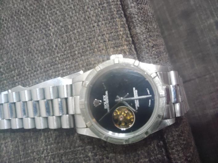 質問失礼いたします。 ロレックスの時計ですがこのようなモデルは存在するのでしょうか? 本物であれば何年ぐらいのものでしょうか? どなた様か分かるかたご回答願います。
