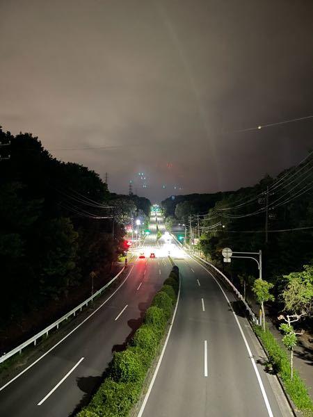 iPhone 12 proで橋の上から街灯などある道路撮ったのですが、真ん中上(空と木々の境目のちょい上辺)に 信号の青と赤の色した点々みたいなのが映り込んでますがこれは何でしょうか? 以前も、錦通久屋 交差点南側にある噴水あるとこら辺から 名古屋テレビ塔を撮った際にもどうしてもこんな 何か不明の明かり?の映り込みがありましたが要因はなにでしょうか?