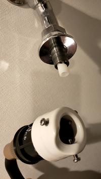 アイリスオーヤマのフルカバーホースリールEX FHEXN-15 を、洗濯機の蛇口に接続出来るとのことで購入しました。 取り付け作業を始めたのですが、よくわからず…どなたか詳しい方がいたら教えて頂きたいです。  洗濯機のホースを外すと画像上のような形でした。そこに画像下に写っているリールホース側の蛇口口金をつけるとのことですが 合っていますか?