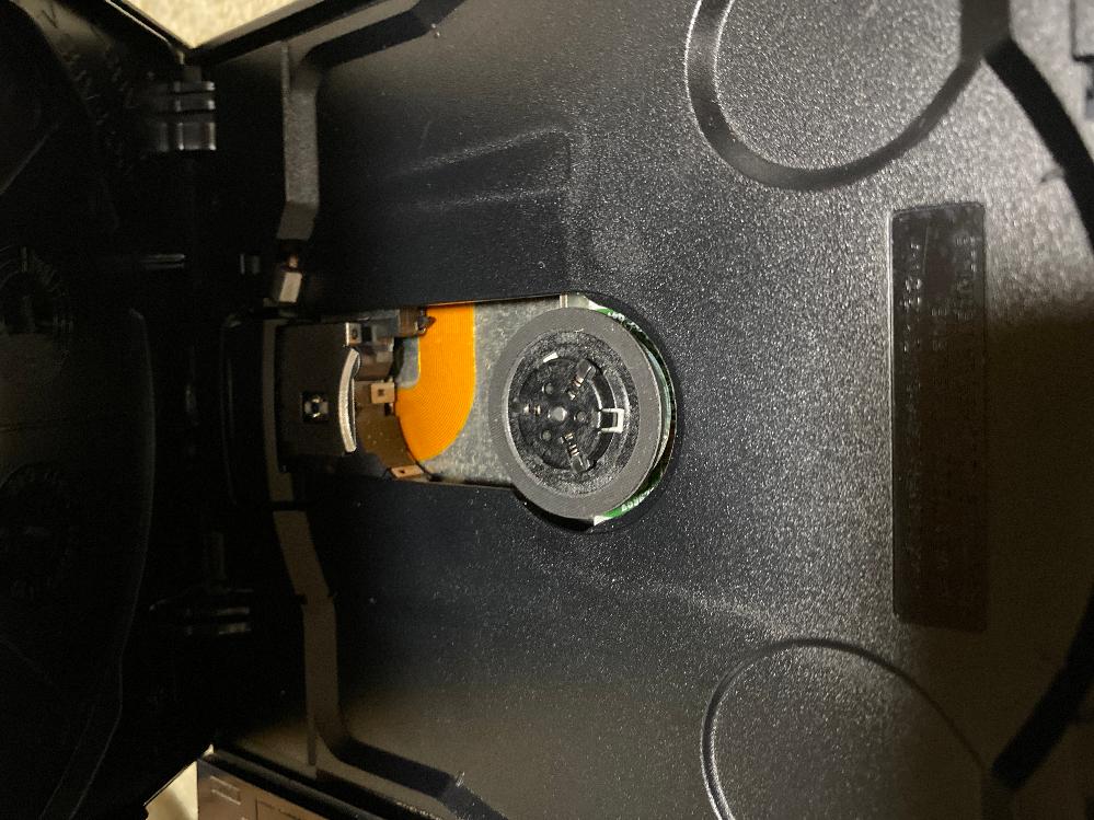 ps2薄型(scph70000)のピックアップレンズが蓋を閉じた時に上に上がることが多いのですがどうすれば上がらなくなるのでしょうか?(下げると元に戻り、蓋を閉じるとまた上がってしまいます)