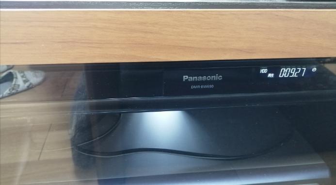 DVDレコーダー リモコンが効きにくくなってしまいました。 「電池かな?」と思い、リモコンの電池を新しくしても、変わりませんでした。 また、テレビ台の扉を開けるとリモコンの効きは良くなります。 ただ、扉を開けっぱなしにして使うのはちょっと… やはりDVDレコーダー(2011年製)が古くなったことが原因でしょうか? 買い替える以外に、リモコンの効きを良くする方法はありますか?