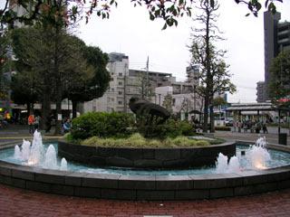 調布駅南口の駅前にあったこちらの噴水、映画で出てきて行ってみたかったのですが、都市開発で10年以上前になくなってしまったようです。 この小さな噴水の真ん中の黒い石?モニュメントは何だったのでしょうか?