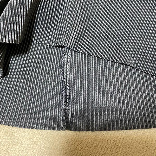 画像のポリエステル100%のボトムですが、丈が長いので自分で裾上げできないかと思っています。 裾が三つ折りとかで縫ってある感じでは無いのですがサイド部分は縫い合わせてあります。 ハサミでカットするだけでサイド部分は解けて来ないものか?カットしたあと何か施す方法があるのか、裁縫が得意な方アドバイスお願いします!