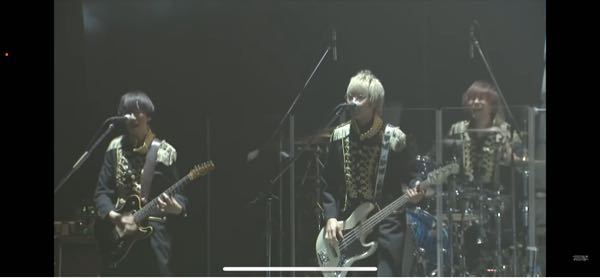 HoneyWorksのモナちゃんの無観客ライブで白い髪の毛のギター?を弾いてる方のお名前を教えて頂きたいです