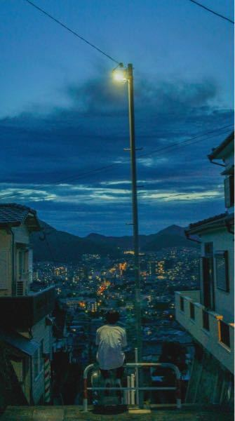 長崎市に住んでる方で、この写真がどこの場所かわかる方いらっしゃいますか? この写真を見た時からGoogleマップで探索してるのですが、一向に見当たりません。 この素晴らしい景色を肉眼で見てみたいと強く思っています。 心当たりのある方がいらっしゃいましたら、気軽に回答お願いします。 写真の引用先:https://twitter.com/0_____jp/status/1293142316400513026?s=21 撮影者 Twitter:@0_____