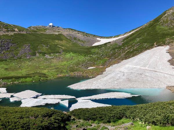 乗鞍岳の頂上付近は夏でも気温10度くらいまでしか上がりませんか?写真はTwitterで見つけました。雪が残ってます。凄くないですか?
