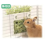 うさぎに牧草をあげる時はこの画像にある商品の外付けで設置して上げているのですがウサギが牧草を食べる時ゲージが邪魔で牧草を引っ張っていて食事しにくそうな場合はうさぎに負担があるんでしょうか?