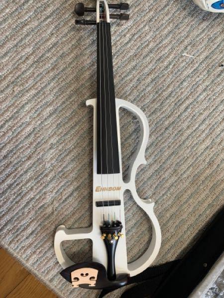 バイオリン初心者です。本日電子バイオリンが家に届いたのですが、駒がはまっていませんでした。弦が硬くて到底立てられそうにありません。弦を緩めたり、もしくはとったりしてから駒を入れるんだろうなと思っていま すが、どのようにすればいいでしょうか?調べても電子バイオリンについての文献はほとんどありません。誕生日プレゼントなので慎重に扱いたいです。有識者の方どうかよろしくお願いします。