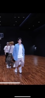 BTSのPermission to Danceのダンスプラクティス動画でグクが着ている服、上下どこのものかわかる方いらっしゃいますか?