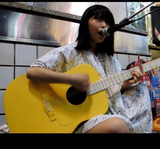 この時の酸欠少女さユりがつかっているアコースティックギターってなんですか? わかる人いたら教えて欲しいです!