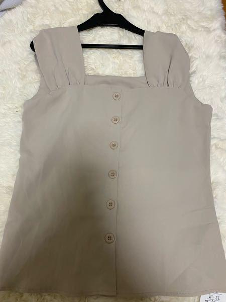 緊急です!! この服明日着たいんですけど、普通に来たら下着が見えます。あと少しでかいです。着れることは着れます。 どうしたらいいですか??