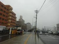 なんだか全国的に夏空で猛暑に注意とカいうニュースですが、九州の太平洋側、主に宮崎県がここしばらくずっと雨降りだということはどういうことなのでしょうか。 梅雨明けして数日は夏空が広がっていたけどそのあとはずっと雨降り。週間予報を見てもこの先もずっと雨降り。気温も30℃に届かなかったりもする。  こういう天気が続くとストレスがたまるのは当然ですよね? イライラする人が増えるのは当然ですよね? コ...