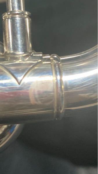 トランペットの支柱のところにグリスが固まったような、汚れがつきました。クロスで拭いても取れないのですが、ポリッシュで磨くと取れますか?また、どうすれば取れますか?