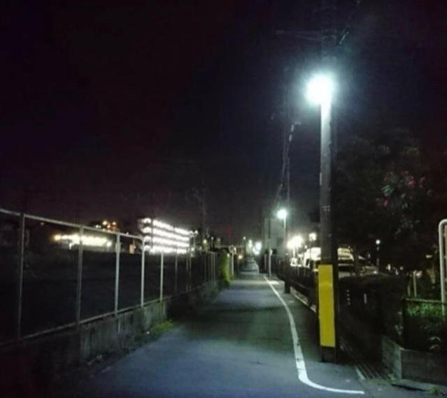 [250枚] 画像の場所が、どこら辺かわかりますか? 関東なんですが、地上で複々線か、6線くらいあるので、私鉄ではなく、東京近郊(東京・神奈川・埼玉)のJR線だと思うんですが、詳しい方よろしくお願いします! 私は、東海道線、横須賀線、湘南新宿ラインあたりの並走区間だと思っていますが、皆さんの意見を聞きたいです。 一番早く具体的な区間を当てた方をベストアンサーにします!よろしくお願いします!