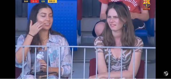 左の女性(スペイン人?)のお名前わかる方いらっしゃいますでしょうか よろしくお願い致します ちなみに画像は FCバルセロナの試合(メンフィスのデビュー戦)の一部です リンクはっておきます。 ...