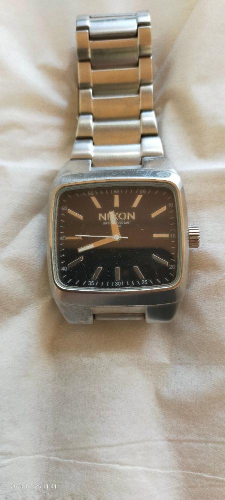 腕時計に詳しい方教えて下さい。 写真のNIXONの腕時計友人から貰ったんですけど、高級何でしょか?あと、だいたい価格どのくらいですか?