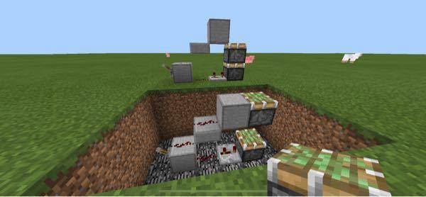 Minecraftについての質問です なぜ位置が違うと全く同じ装置でも、この画像のようにピストンが誤作動を起こしてしまうのでしょうか?