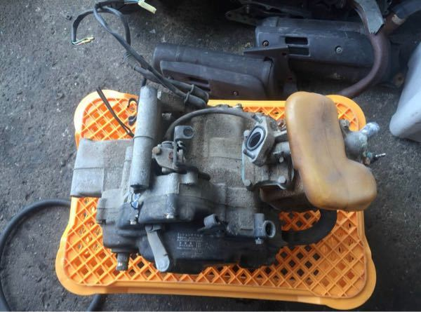 ns1のエンジンの上についてる、オレンジ色のタンク の名称はなんというんですか? また、取り付ける際に中になにか入れた方が いいですか?