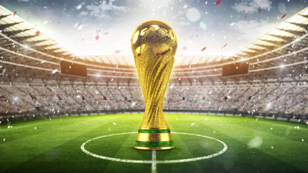 ワールドカップベスト4とオリンピック金メダル、どちらが価値高い? サッカー . 現在東京オリンピックにて、サッカーの試合も行われていますが、日本が予選リーグで南アフリカとメキシコに2連勝して勝ち点6としたため、決勝トーナメントへ進出できる可能性はかなり濃厚ですね。 選手団はもちろん、金メダルを目指すと語っていました。 実現できたなら、素晴らしいことですよね! ただ、あることを思いました。 オリンピックサッカーで金メダルを獲得することと、FIFAワールドカップでベスト4入りすることなら、どちらがより価値が高そうでしょうか? 近年ではオリンピックサッカーの出場選手は、基本23歳以下に限定されていますよね、今東京オリンピックでは24歳以下に緩和されたそうですが。 それは、FIFA運営はワールドカップこそ真にサッカー最大の大会であると定めているためだそうです。 そのために同じ世界1位でも、FIFAワールドカップ優勝の方が、オリンピックサッカー優勝よりも価値が高いとされています。 では、FIFAワールドカップベスト4入り(4位?)を果たすことと、オリンピックサッカー金メダルなら、どちらがより価値が高そうでしょうか? どちらがより、FIFAランキングに影響を与えそうですかね? かつて1968年メキシコオリンピックでは、日本はサッカー銅メダルに輝いて、日本が奇跡を起こしたと世界を驚かせたそうですが。 ワールドカップやサッカーに関心のある方など、ぜひ皆様のご意見をお聞かせください。