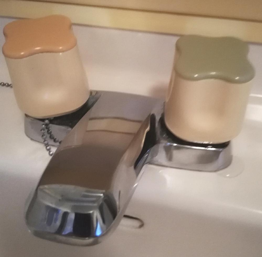 洗面台の水栓上部の外し方について、どなたかご教授下さい。 水栓上部からの水漏れがあり、パッキンを交換しようと思ったのですが、どうすれば良いか困っています。 上部のピンクと緑のフタを外して、水栓を留めているネジを外すと思うのですが、フタの外周に取り外すためのくぼみもなく、精密ドライバーの先を少し差し込むのがやっとです。 テコの原理で無理やり外そうとして、プラスチックが割れるのではないかと心配しています。 知恵袋への投稿が初めてなので、投稿方法に誤りがあればご指摘下さい。