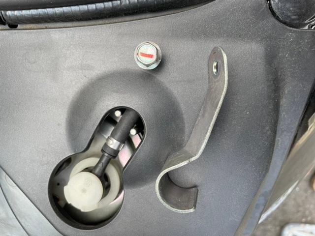 ヤマハ トリシティ125初期型 シートカバーをかけて紐を固定しようとリアシートの右ステップを出したら落ちてきました。 整備書がないのでパーツリストで確認したらシート周辺のパーツまでは分かったのですが、何を固定してたパーツ『ブラケット』なのか分かりません。 落ちてきたのは車体右側からですが、パーツリストには車体左側に付いてると思われます。 形状から探ってみたのですが、シート下のどこ見渡してもボルトを固定するナットも見つからず、困っています。 パーツリストではブラケットととしか記載がなく16番ブラケットと17番ボルトが図面に記載されています。 アドバイスを下さい、宜しくお願いします。
