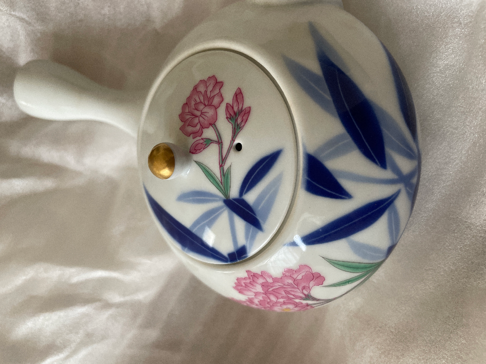 これはなんてお花の柄ですか? 深川製磁さんの急須です。